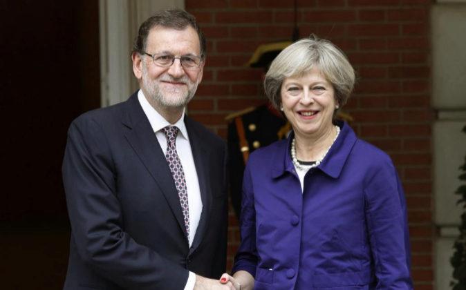 El presidente del Gobierno, Mariano Rajoy, y la primera ministra...