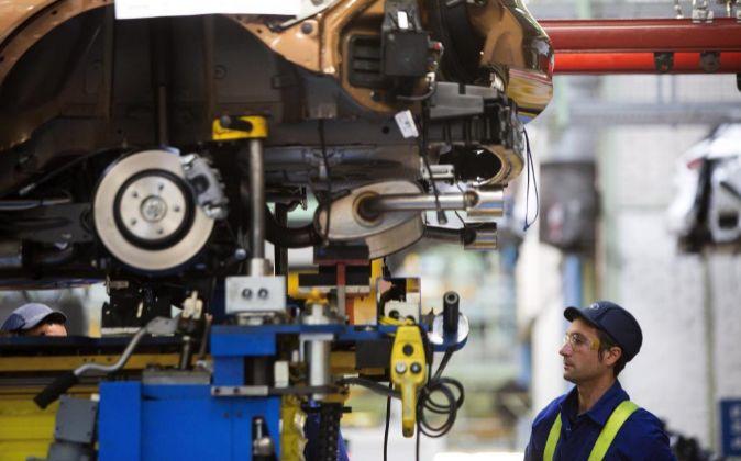 Un trabajador en la cadena de montaje de la factoría de Ford.
