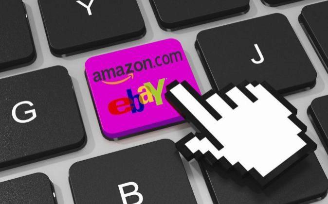 Logo de eBay y Amazon en el teclado de un ordenador.