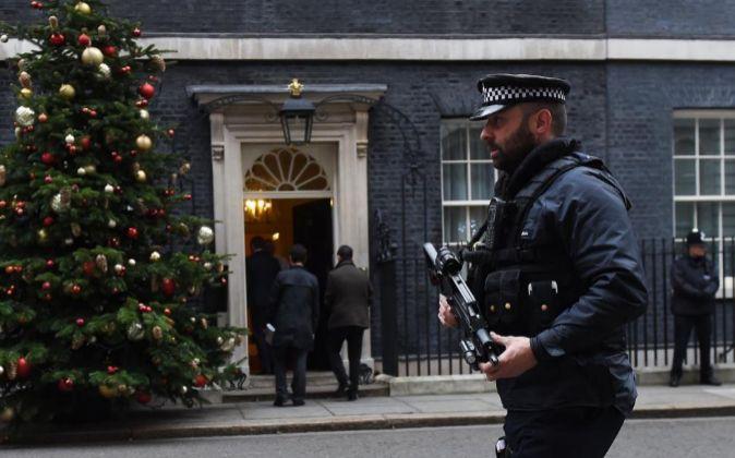 Un policía patrulla por delante de la residencia oficial de la...