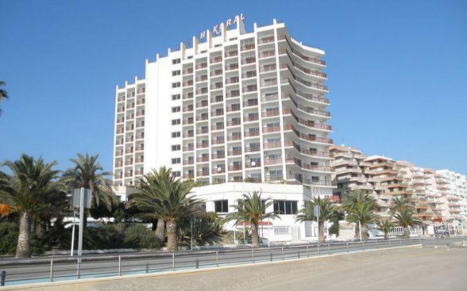 El hotel en primera línea de playa.