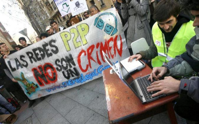 Un grupo de 'hacktivistas' despliegan pancartas en defensa...