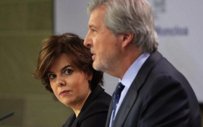La vicepresidenta del Gobierno, Soraya Sáenz de Santamaría, junto al...