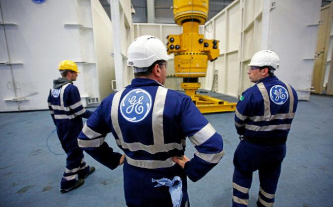 En la imagen, trabajadores de General Electric (GE).