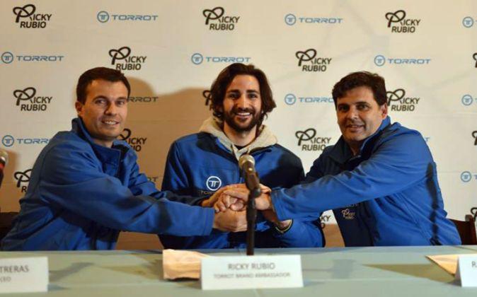 Ricky Rubio (c) durante la firma del contrato.