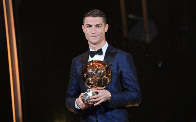 El futbolista del Real Madrid Cristiano Ronaldo posa con el Balón de...