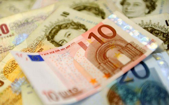 Billetes de libras y euros.