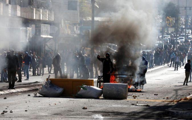 Palestinos se enfrentan a las tropas israelíes en Belén.