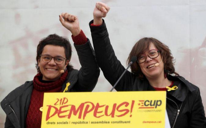 La exdiputada de la CUP, Eulàlia Reguant (d), y la cabeza de lista...