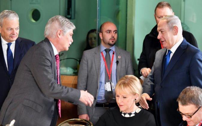 El ministro español de Exteriores, Alfonso Dastis (2i), estrecha la...