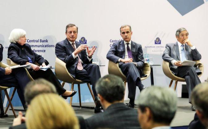 El presidente del Banco Central Europeo (BCE), Mario Draghi (2-i), la...