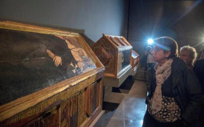 Vista de las cajas sepulcrales y trono de Blanca de Aragón y Anjou...