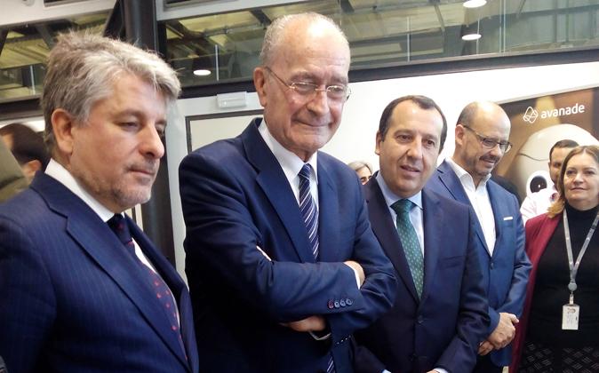 De la Torre, ayer, con los responsables de Accenture en Málaga.