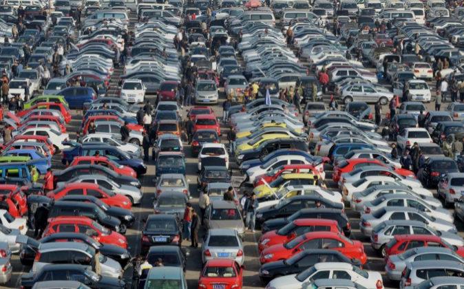 """Miles de coches de segunda mano """"esperan"""" comprador en un..."""