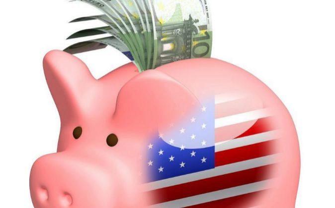 Hucha de cerdito con euros y la bandera de Estados Unidos