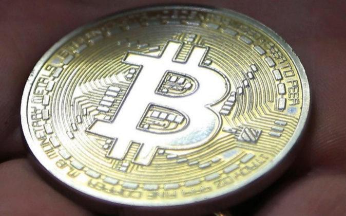 Foto de archivo de una moneda conmemorativa del Bitcoin.