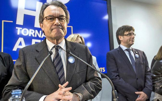 El expresidente Artur Mas (i), acompañado de la exvicepresidenta...