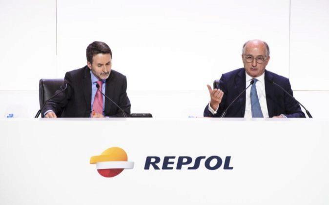 Jon Josu Imaz, consejero delegado de Repsol, y Antonio Brufau,...