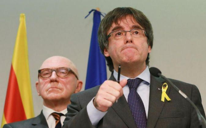 El expresidente de la Generalitat Carles Puigdemont (d), junto a su...