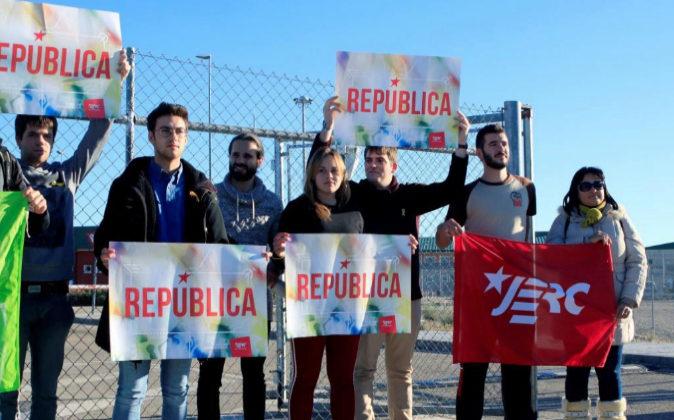 Varios jóvenes a las puertas de la prisión de Estremera (Madrid) el...