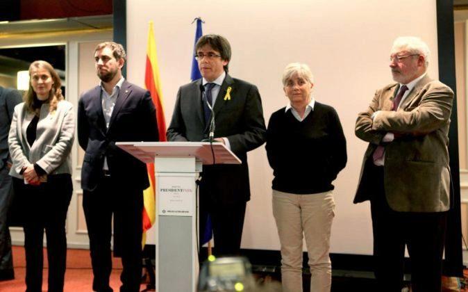 El expresidente de la Generalitat Carles Puigdemont (c), junto a los...