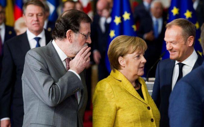 El presidente del gobierno de España Mariano Rajoy y la canciller...