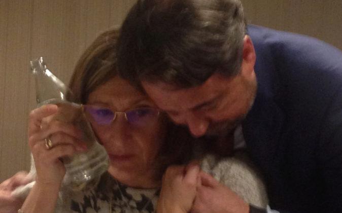 Javier Íscar consuela a Sonia Gumpert tras la supuesta agresión.