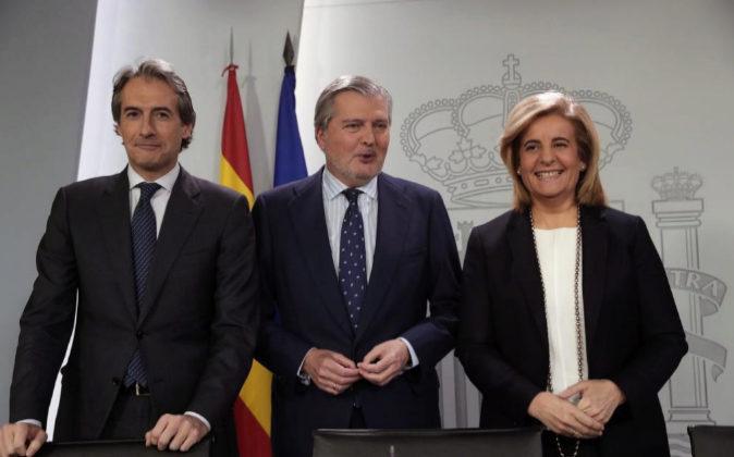 Los ministros de Fomento Iñigo de la Serna, el ministro de Cultura y...