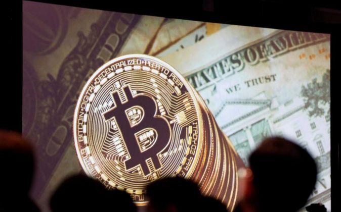 Imagen de una proyección de bitcoins en Singapur