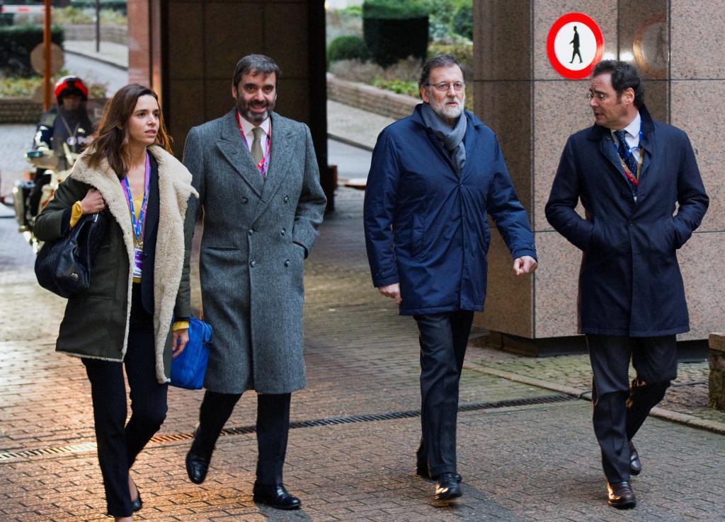 El presidente del Gobierno, Mariano Rajoy,c,.acompañado por el...