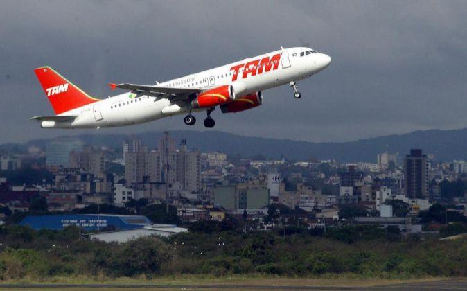 Un avión de la aerolínea TAM despegando del aeropuerto Salgado Filho...
