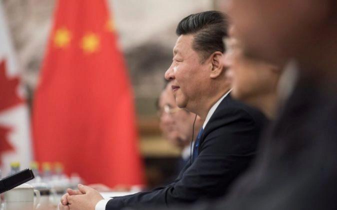 El presidente chino Xi Jinping (c).