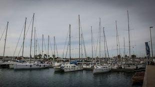 Uno de los pantalanes con embarcaciones del Valencia Yacht Base. |...