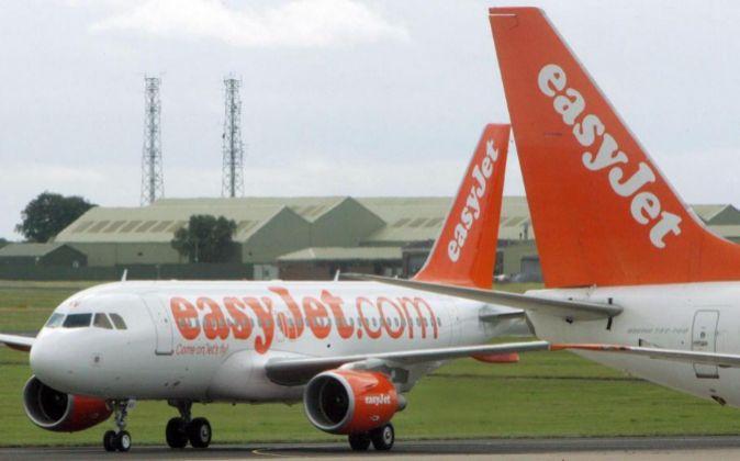 Aviones de Easy Jet parados en el aeropuerto de Belfast, Irlanda del...