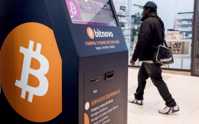 Compraventa de bitcoin en un cajero automático.