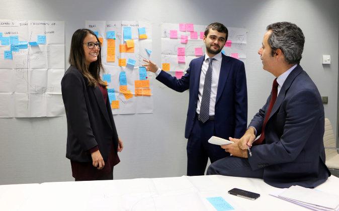 De izqa. a dch., Marta Cabeza, técnico de recursos humanos; Jose...