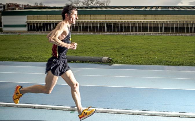 El ultramaratoniano Asier Cuevas combina sus entrenamientos con su...