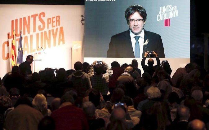 El expresidente Carles Puigdemont participa por videoconferencia en el...