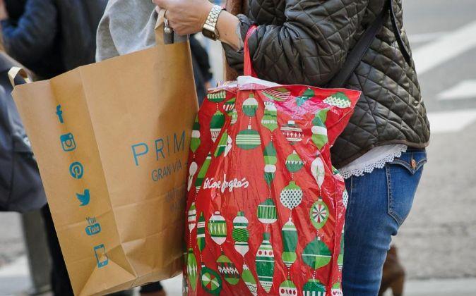 Gente de compras en la Gran Via madrileña.