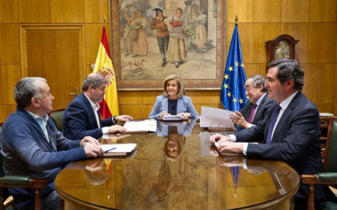 La ministra de Empleo, Fátima Báñez durante su reunión con los...