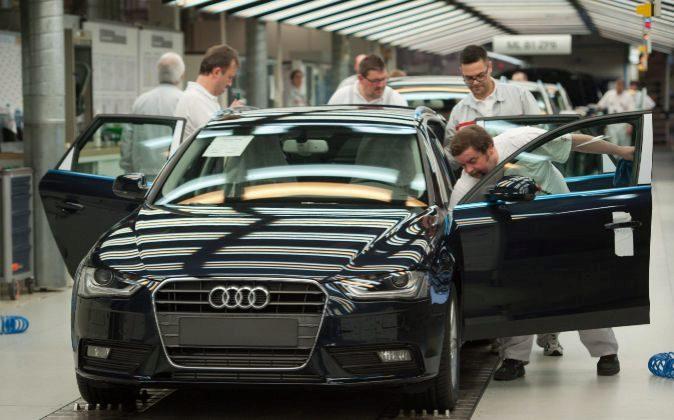 Un empleado revisa un Audi A4 Avant
