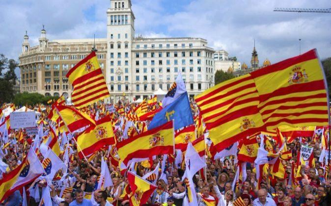 Banderas de España durante una manifestación en Barcelona bajo el...