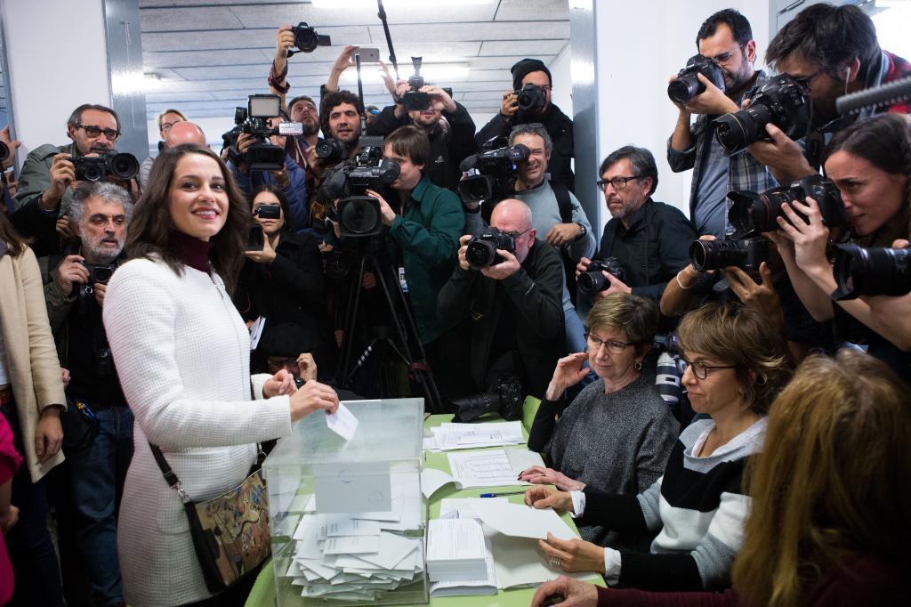 La candidata de Ciudadanos, Inés Arrimadas, ejerce su derecho a voto...