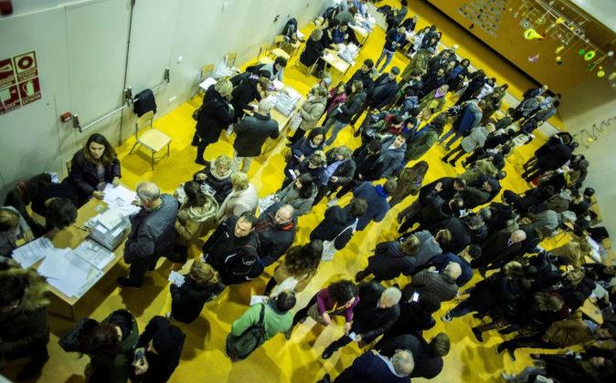 Aspecto de las colas de gente durante la jornada electoral en las...