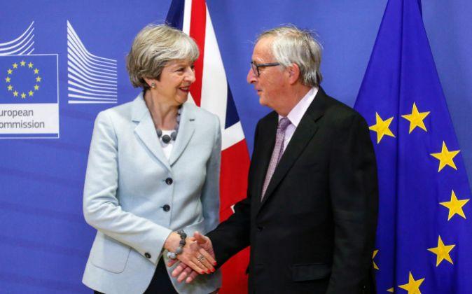 Theresa May junto a Jean-Claude Juncker.