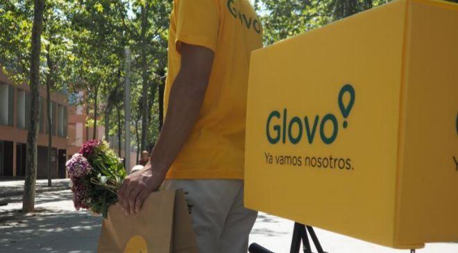 Repartidor en bicicleta de la empresa Glovo.
