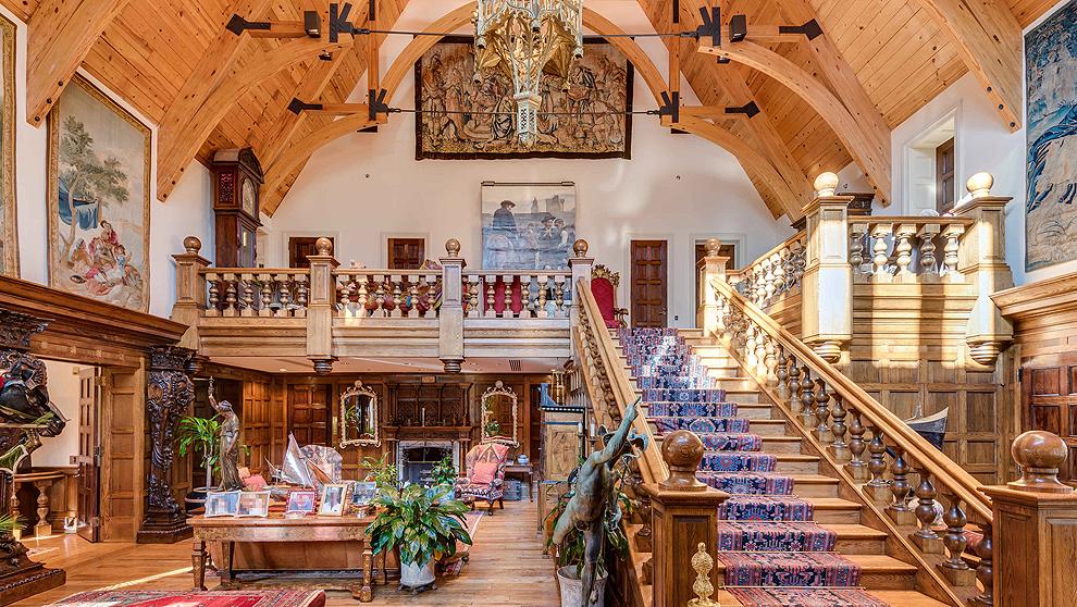 Escalera principal de Sassafras, la casa de Long Island propiedad de...
