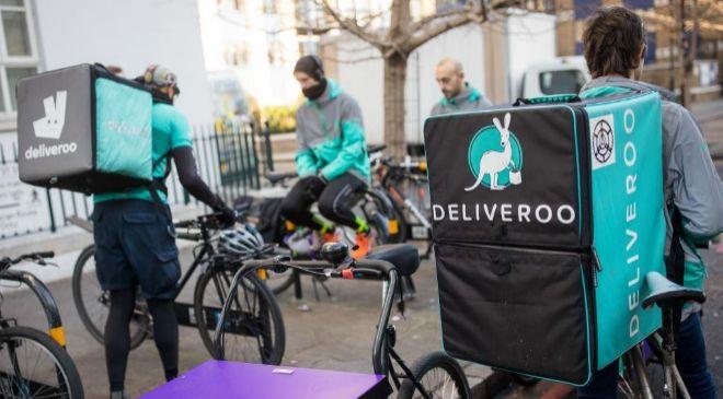 Repartidores de la aplicación Deliveroo en bicicleta.