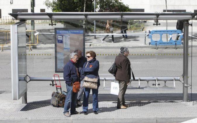 Personas mayores esperando el autobús.