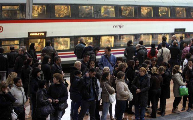 Viajeros en la estación de Atocha, en Madrid.